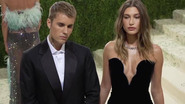 justin bieber, hailey bieberarrives at the 2021 met gala celebrating in america: a lexicon of fashion on september 13, 2021 in new york city. - ジャスティン・ビーバー点の映像素材/bロール
