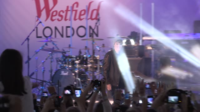 vidéos et rushes de justin bieber & reggie yates at the justin bieber turns on westfield christmas lights at london england. - reggie yates