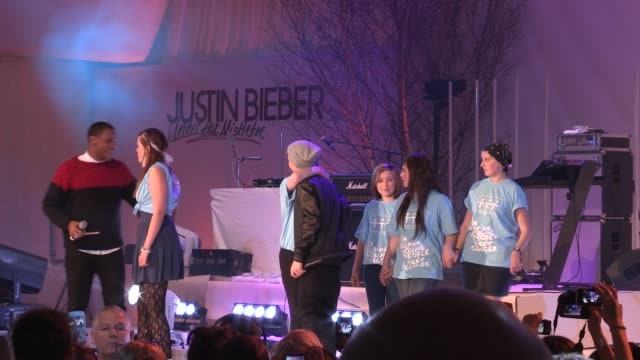 vidéos et rushes de justin bieber, reggie yates & girls from teenage cancer trust at the justin bieber turns on westfield christmas lights at london england. - reggie yates