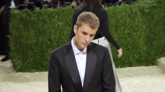 justin bieberarrives at the 2021 met gala celebrating in america: a lexicon of fashion on september 13, 2021 in new york city. - ジャスティン・ビーバー点の映像素材/bロール