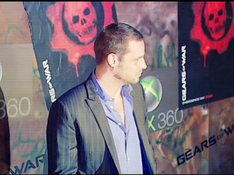 justin chambers at the xbox 360 gears of war launch at hollywood forever cemetery in los angeles, california on october 25, 2006. - ギアーズオブウォー点の映像素材/bロール