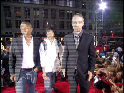 justin timberlake and the neptunes arriving at the 2003 mtv video music awards - 2003年点の映像素材/bロール