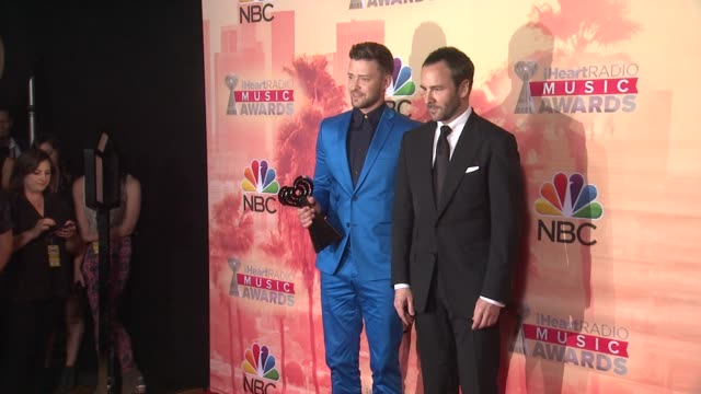 justin timberlake and tom ford at the 2015 iheartradio music awards - press room at the shrine auditorium on march 29, 2015 in los angeles,... - 黒のシャツ点の映像素材/bロール