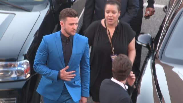 justin timberlake greeting fans departing the 2015 iheartradio music awards in at celebrity sightings in los angeles on march 29, 2015 in los... - schwarzes hemd stock-videos und b-roll-filmmaterial