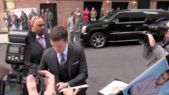 vídeos y material grabado en eventos de stock de justin timberlake signs autographs for fans as he arrives at the 'late show with david letterman' in new york 10/26/11 - autografiar