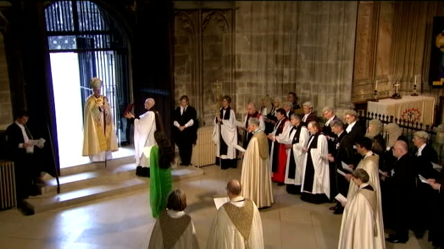 vídeos de stock e filmes b-roll de justin welby enthroned as archbishop of canterbury; england: kent: canterbury cathedral: int justin welby knocking on door three times with staff as... - cathedral