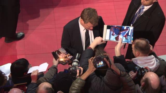 vídeos y material grabado en eventos de stock de justus von dohnanyi at 'the monuments men' red carpet at berlinale palast on february 8, 2014 in berlin, germany. - centro de berlín