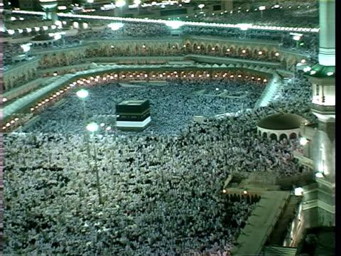 kaaba during prayers of great annual pilgrimage of muslims, mecca, saudi arabia, audio - 信者点の映像素材/bロール