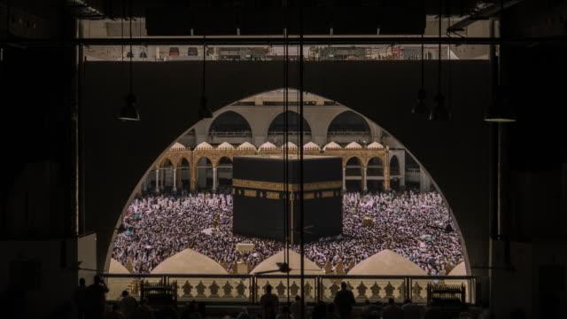 kaaba mekka hadsch muslimischen menschen menge beten - moschee stock-videos und b-roll-filmmaterial
