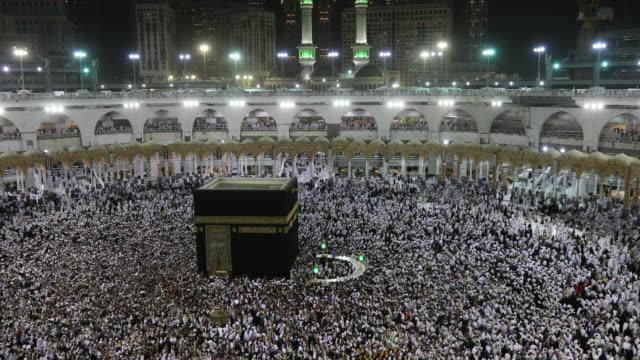 kaaba mecca hajj muslim people crowd praying - hajj stock videos & royalty-free footage
