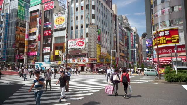 kabukicho kreuzung in shinjuku tokio, japan - insel honshu stock-videos und b-roll-filmmaterial