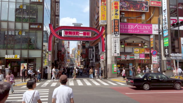 vídeos de stock e filmes b-roll de kabukicho crossing in shinjuku tokyo, japan - bairro de shinjuku