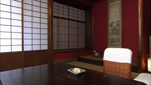 vídeos de stock, filmes e b-roll de kaburazushi in japanese-style room, kanazawa, japan - tatame tapetinho