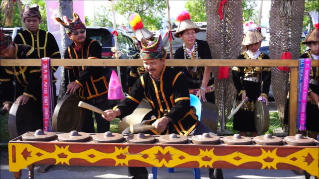 kadazan dusun man playing gong - cultura malesiana video stock e b–roll