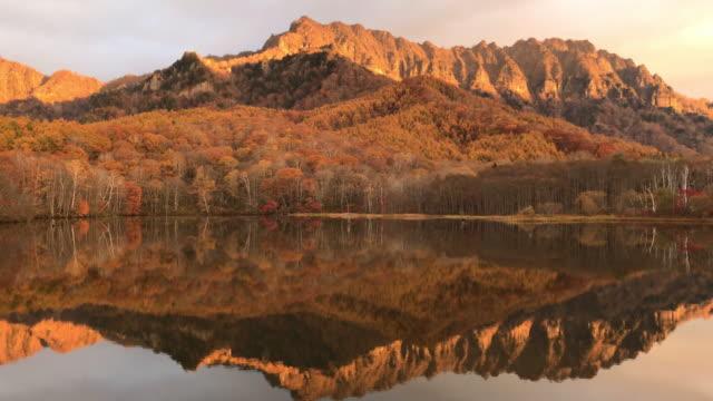 鏡池は、長野県戸隠山の映像を反射します。 - mountain range点の映像素材/bロール
