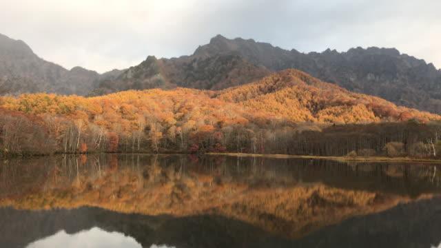 vídeos de stock, filmes e b-roll de montanha do kagami-ike lagoa reflexa togakushi com imagens de arco-íris zorra nagano, japão - lago reflection