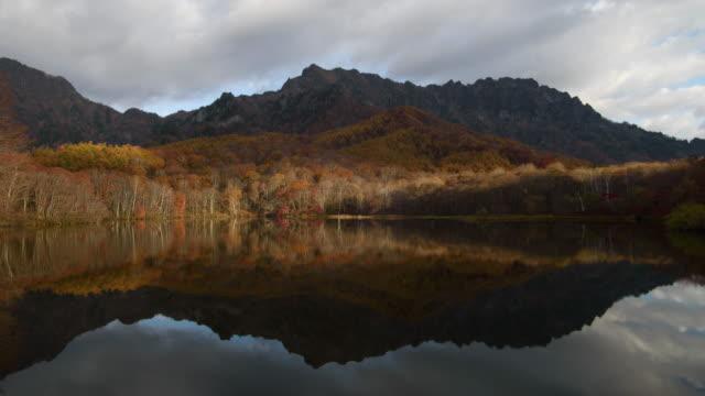 vídeos de stock, filmes e b-roll de montanha do kagami-ike lagoa reflexa togakushi com dolly de lapso de tempo de arco-íris atirou em nagano, japão - lago reflection