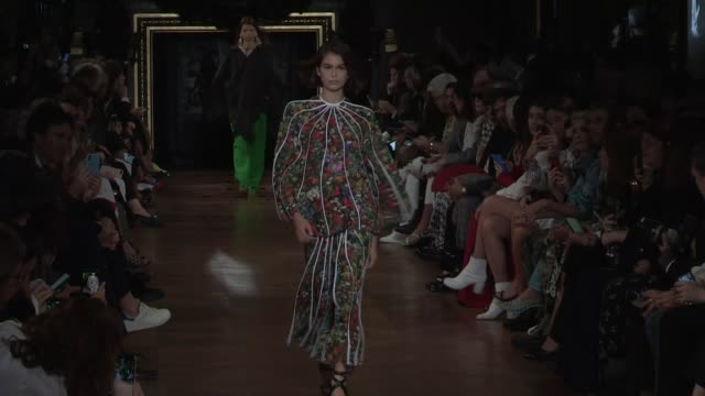 kaia gerber amber valletta and models on the runway for the stella mccartney spring summer 2020 fashion show in paris paris france on monday... - stella mccartney marchio di design video stock e b–roll