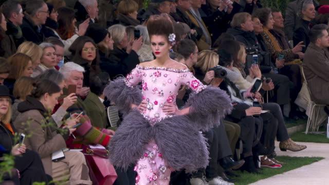 vídeos de stock e filmes b-roll de kaia gerber at chanel paris fashion week haute couture s/s 2019 chanel on january 22 2019 in paris france - chanel