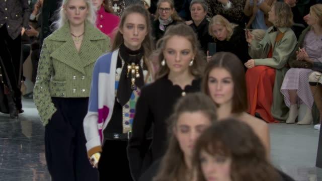 vídeos de stock e filmes b-roll de ruwnay kaia gerber at paris fashion week womenswear fall/winter 2020/2021 chanel at fall/winter 2020/2021 on march 03 2020 in paris france - chanel