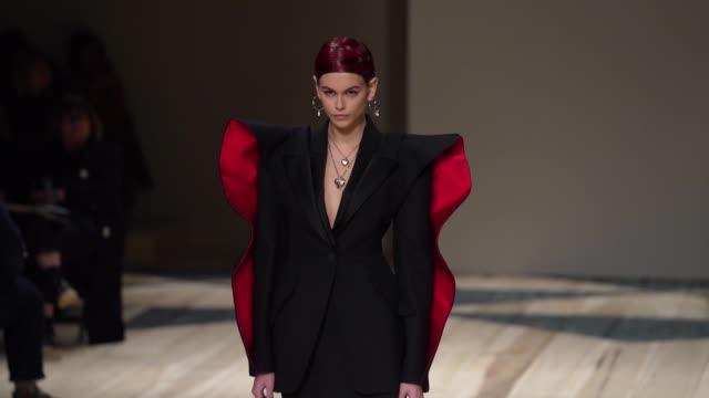 stockvideo's en b-roll-footage met slomo runway kaia gerber at paris fashion week womenswear fall/winter 2020/2021 alexander mcqueen fall/winter 2020/2021 on march 02 2020 in paris... - modeshow