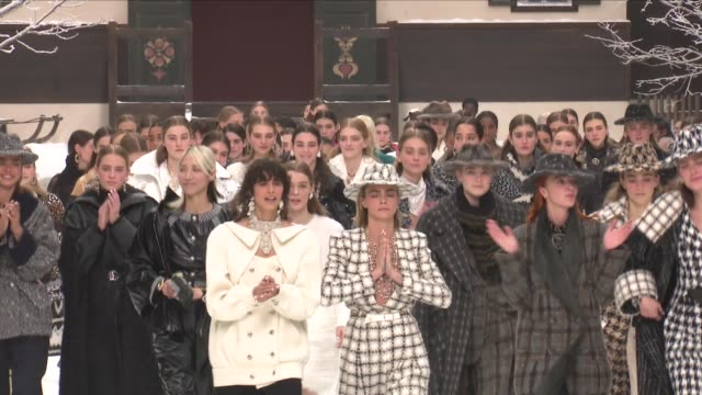 vídeos de stock, filmes e b-roll de kaia gerber cara delevingne penelope cruz their fellow models and designer virginie viard on the runway for the chanel ready to wear fall winter 2019... - penélope cruz