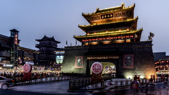 vídeos de stock e filmes b-roll de kaifeng,china-mar 25,2018: timelapse of the famous drum tower and traffic in kaifeng, china - pequim