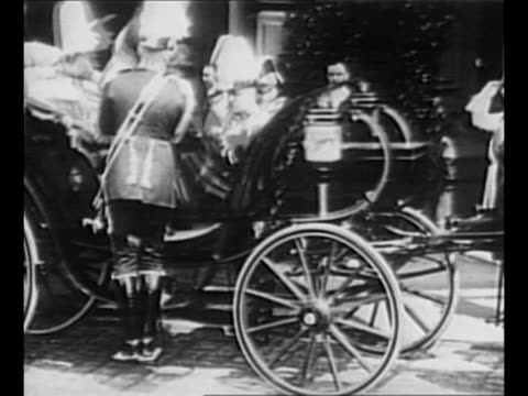 vidéos et rushes de kaiser wilhelm ii and george v of england get into carriage during george's visit to germany in 1913 / wilhelm and others walk outdoors / wilhelm... - armée allemande