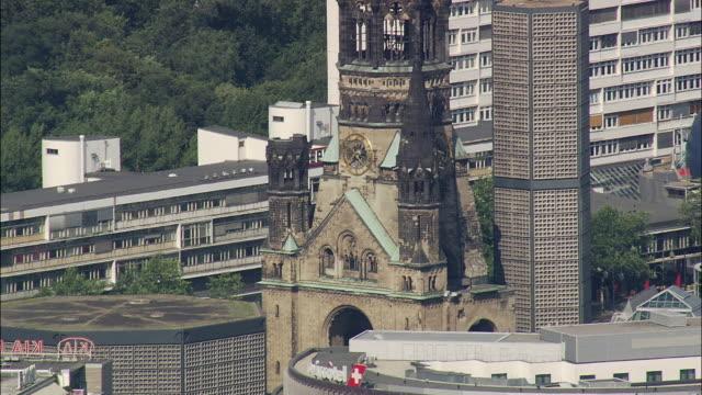 vídeos y material grabado en eventos de stock de aerial kaiser wilhelm memorial church, berlin, brandeburg, germany - iglesia conmemorativa del emperador guillermo