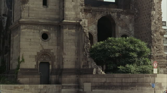 vídeos y material grabado en eventos de stock de 1967 ms tu kaiser wilhelm memorial church damaged in air raid / berlin, germany - iglesia conmemorativa del emperador guillermo