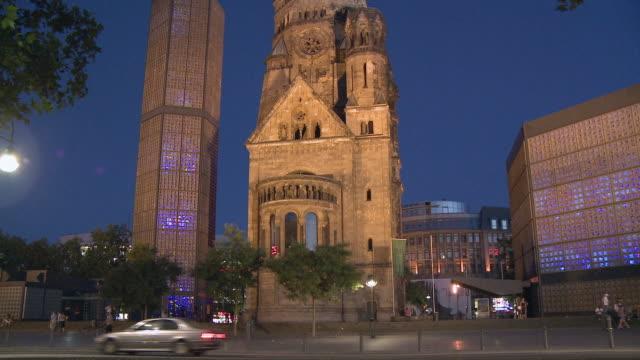 ws, tu, la, kaiser wilhelm memorial church illuminated at dusk, berlin, germany - カイザー・ヴィルヘルム記念教会点の映像素材/bロール