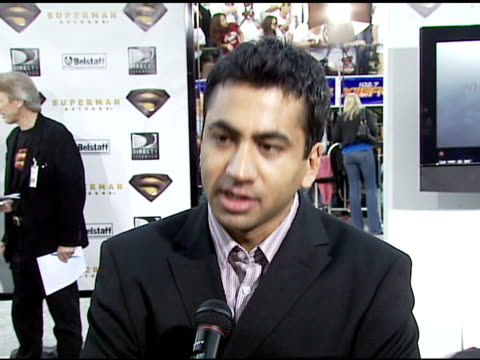 vídeos y material grabado en eventos de stock de kal penn on his character 'stanford' on playing on the 'bad' team on working with kevin spacey and parker poser on being a longtime superman fan and... - superman superhéroe