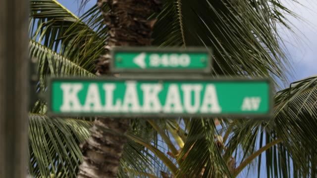 vídeos de stock, filmes e b-roll de sinal de estrada kalakaua avenue - cultura do havaí