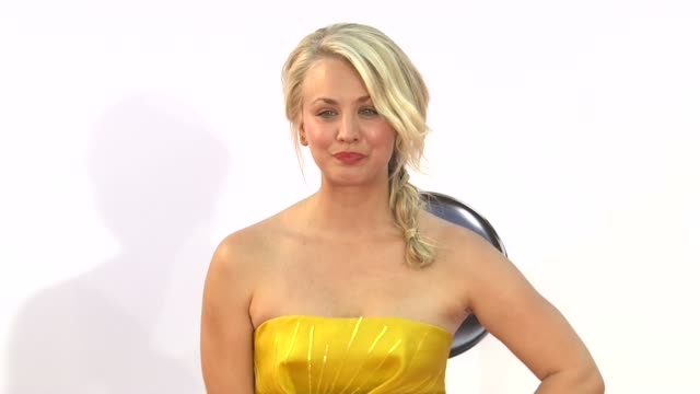 kaley cuoco at 64th primetime emmy awards - arrivals on 9/23/12 in los angeles, ca. - emmy awards stock-videos und b-roll-filmmaterial