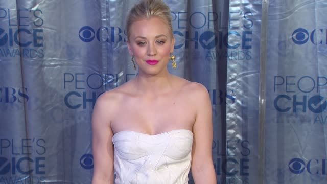 stockvideo's en b-roll-footage met kaley cuoco at the 2011 people's choice awards - arrivals at los angeles ca. - people's choice awards