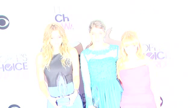 kaley cuoco mayim bialik and melissa rauch at the 40th annual people's choice awards photo room at nokia theatre la live on in los angeles california - mayim bialik stock videos & royalty-free footage