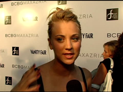 stockvideo's en b-roll-footage met kaley cuoco on what she loves about bcbg at the opening of the new bcbg max azria flagship store hosted by max and lubov azria sarah michelle gellar... - bcbg max azria