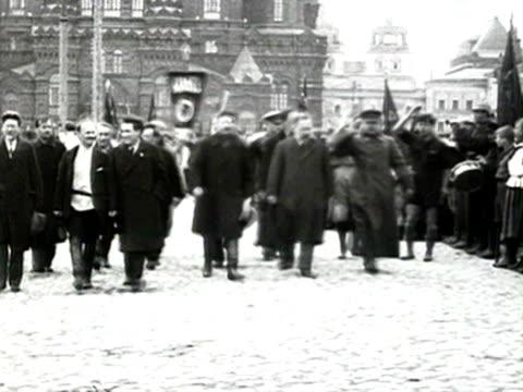 ms kalinin rykov bukharin zinovyev stalin kamenev voroshilov marching in parade in red square audio/ russia - anno 1924 video stock e b–roll