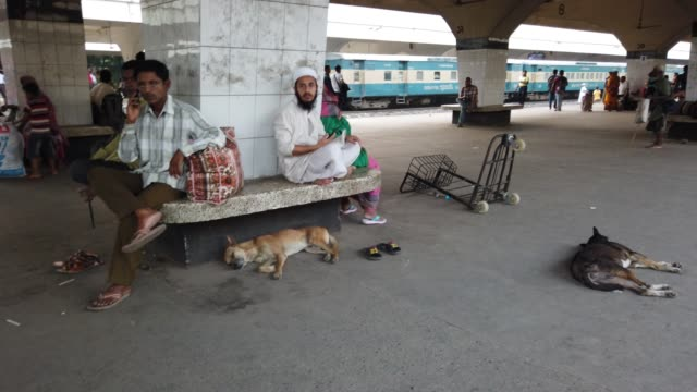 stockvideo's en b-roll-footage met kamalapur railway station is the central railway station in dhaka bangladeshstation acts as a crucial point for livelihood for many under privileged... - politics and government
