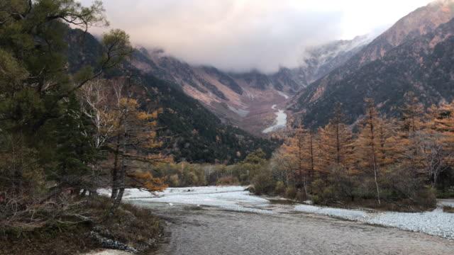 vídeos de stock, filmes e b-roll de vista de kamikoshi com o fluxo do rio da montanha e árvore na província de nagano nevoeiro, japão - estampa de folha