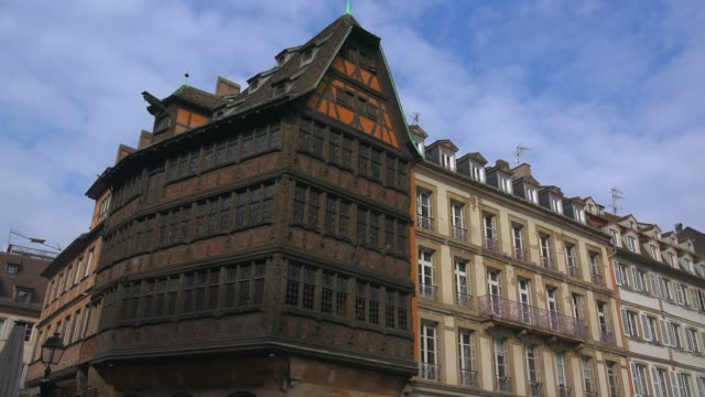 stockvideo's en b-roll-footage met kammerzell house at cathedral square, grande ile, unesco world heritage site, strasbourg, alsace, grand est, france, europe - rond de 15e eeuw
