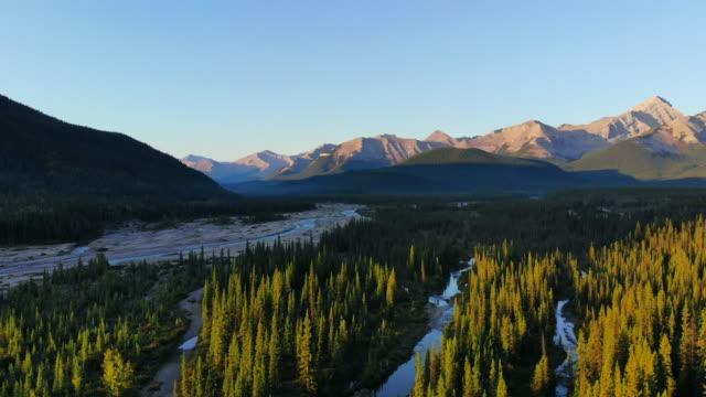 vidéos et rushes de montagnes de pays de kananaskis - canada