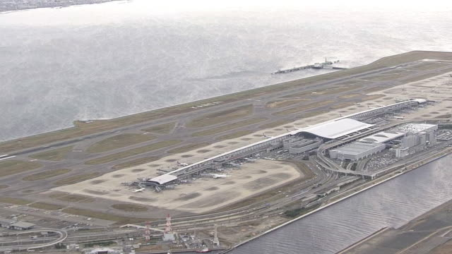 aerial, kansai international airport, osaka, japan - campo d'aviazione video stock e b–roll