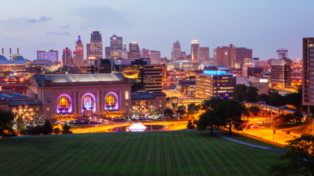 kansas city, missouri, skyline, cityscape, downtown, night, twilight, dusk, travel, destination, midwest, city, urban, buildings, skyscraper, sunset, lights, city life, union station, architecture, tourism, timelapse, time lapse, usa, united states, ameri - missouri mellanvästern bildbanksvideor och videomaterial från bakom kulisserna