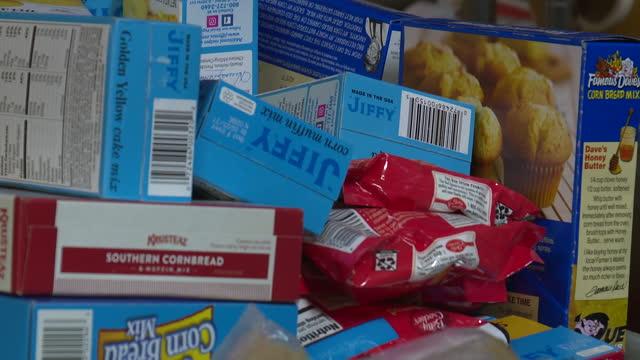 kansas city, mo, u.s. - thanksgiving food in grocery store on saturday, november 7, 2020. - インスタント食品点の映像素材/bロール