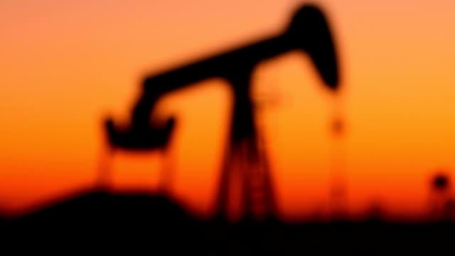 vídeos de stock, filmes e b-roll de kansas bomba de óleo foco rack - poço de petróleo