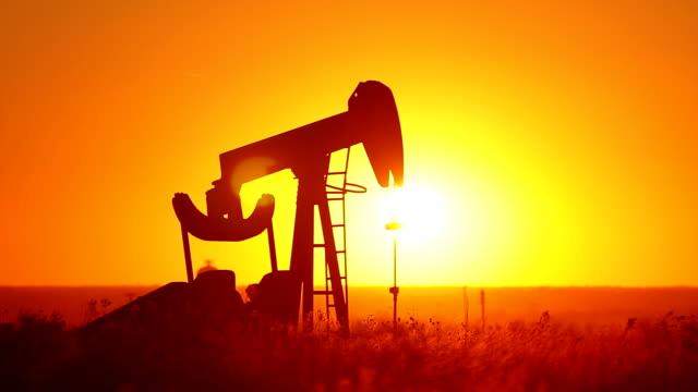 kansas pompa dell'olio con sole raggiante - trivella petrolifera video stock e b–roll