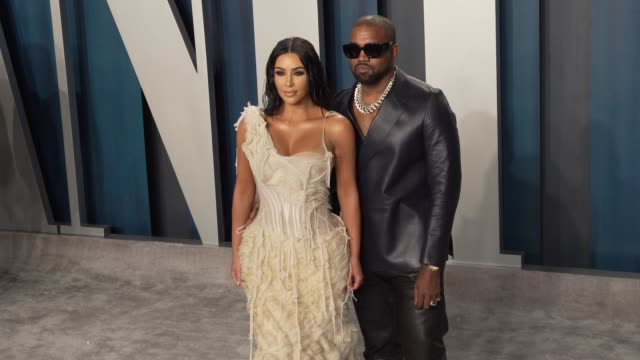 vídeos y material grabado en eventos de stock de kanye west and kim kardashian west at vanity fair oscar party at wallis annenberg center for the performing arts on february 09 2020 in beverly hills... - vanity fair oscar party