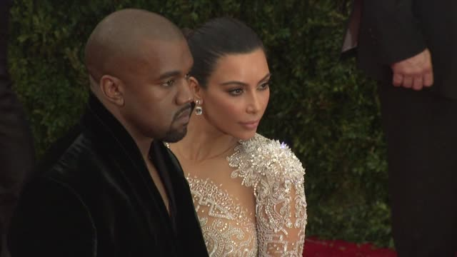 vidéos et rushes de kanye west kim kardashian at china through the looking glass costume institute benefit gala arrivals at metropolitan museum of art on may 04 2015 in... - 2015