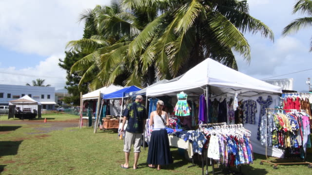 kapaa kauai hawaii downtown village art show flea market festival in town with locals buying clothes, 4k - mercato delle pulci video stock e b–roll